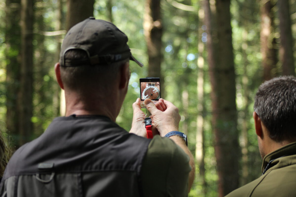 Suchgruppenhelfer-Schulung - Der Umgang mit dem Kompass: Anpeilen des Objekts und Marschzahl bestimmen