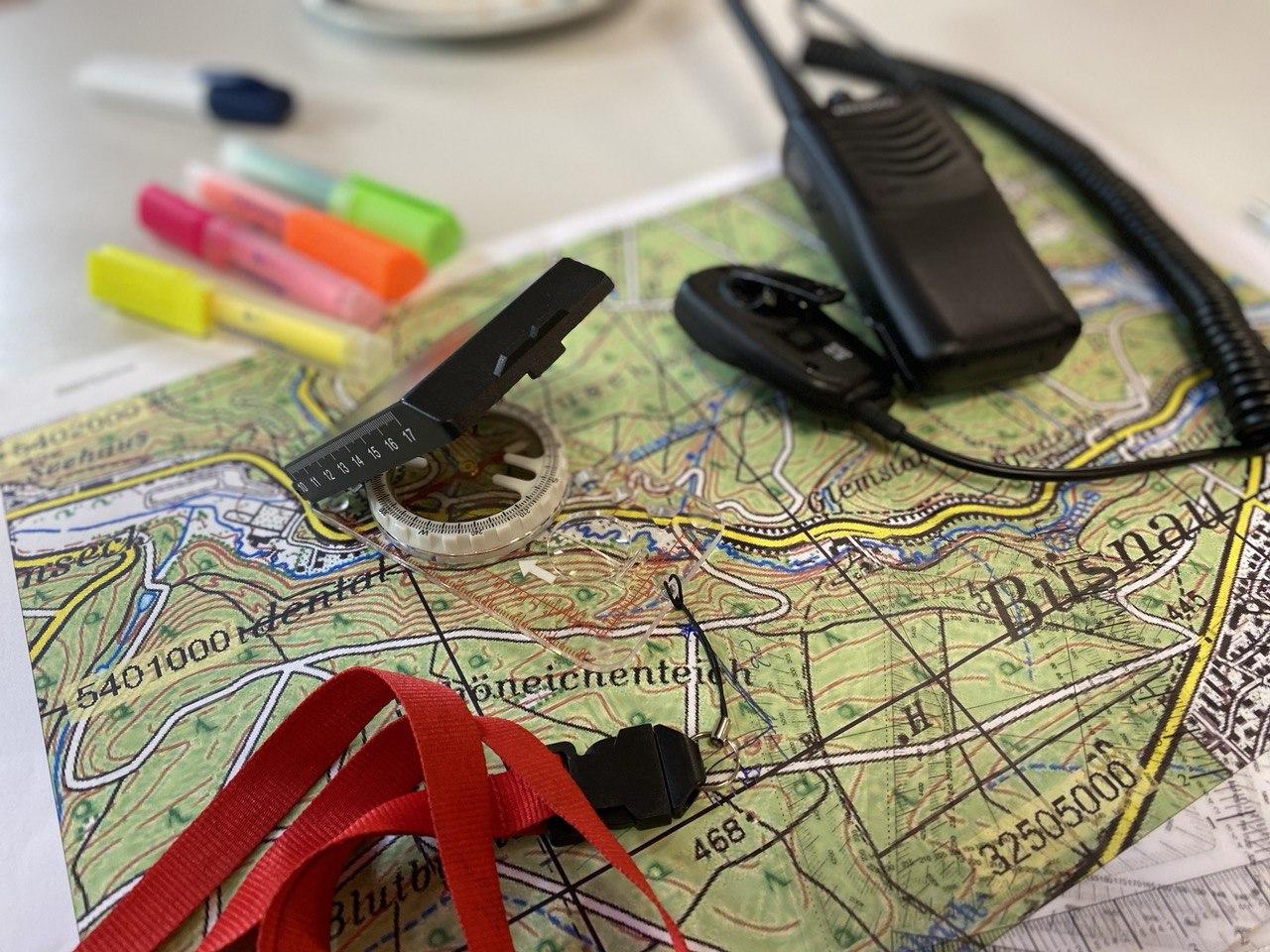 Funkgerät, Karte und Kompass: Die wichtigsten Werkzeuge eines Suchtrupphelfers